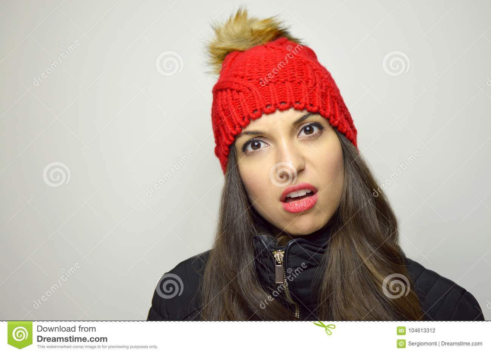 Mujer joven perpleja escéptica Muchacha dudoso incrédula en fondo gris