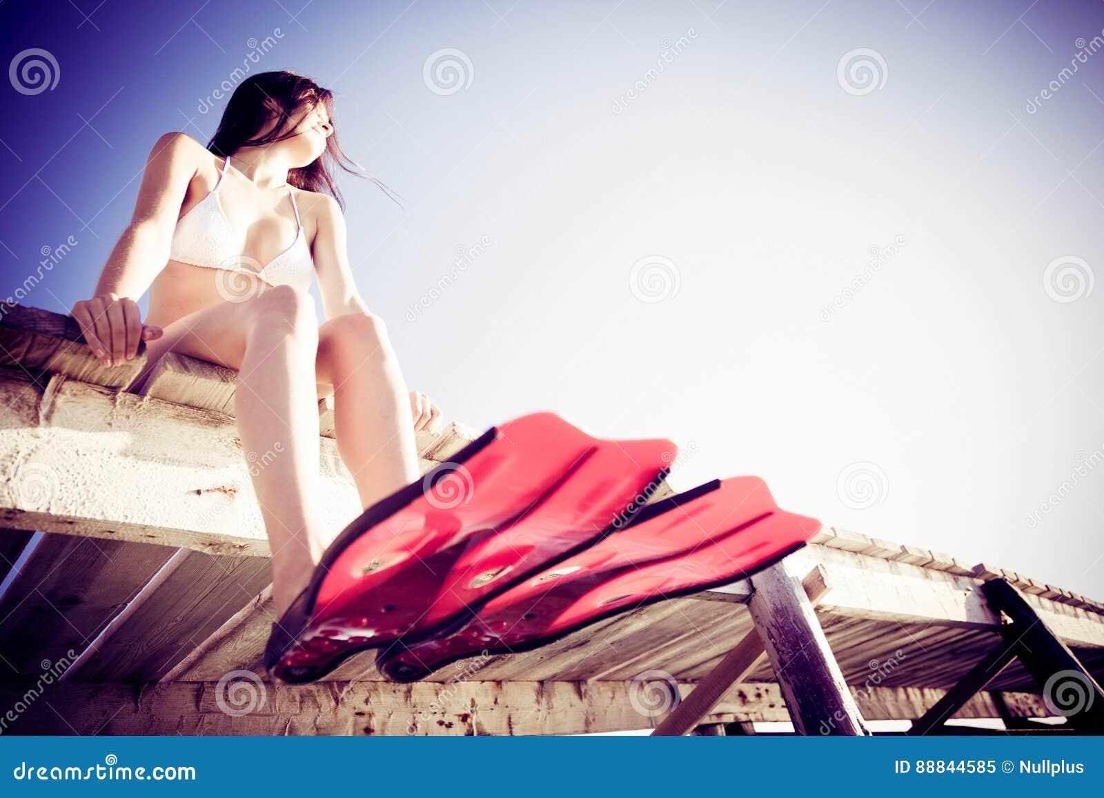 Mujer joven por el mar