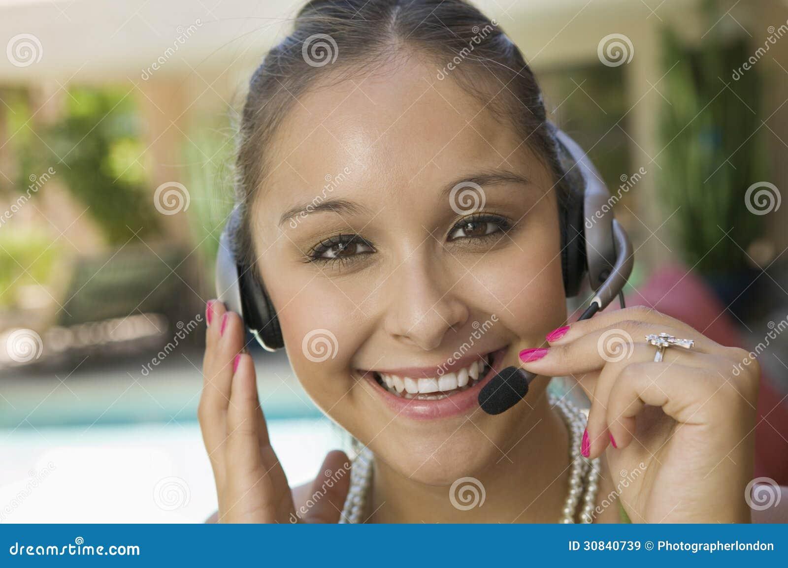 Mujer joven por la piscina con cierre de las auriculares for Auriculares para piscina