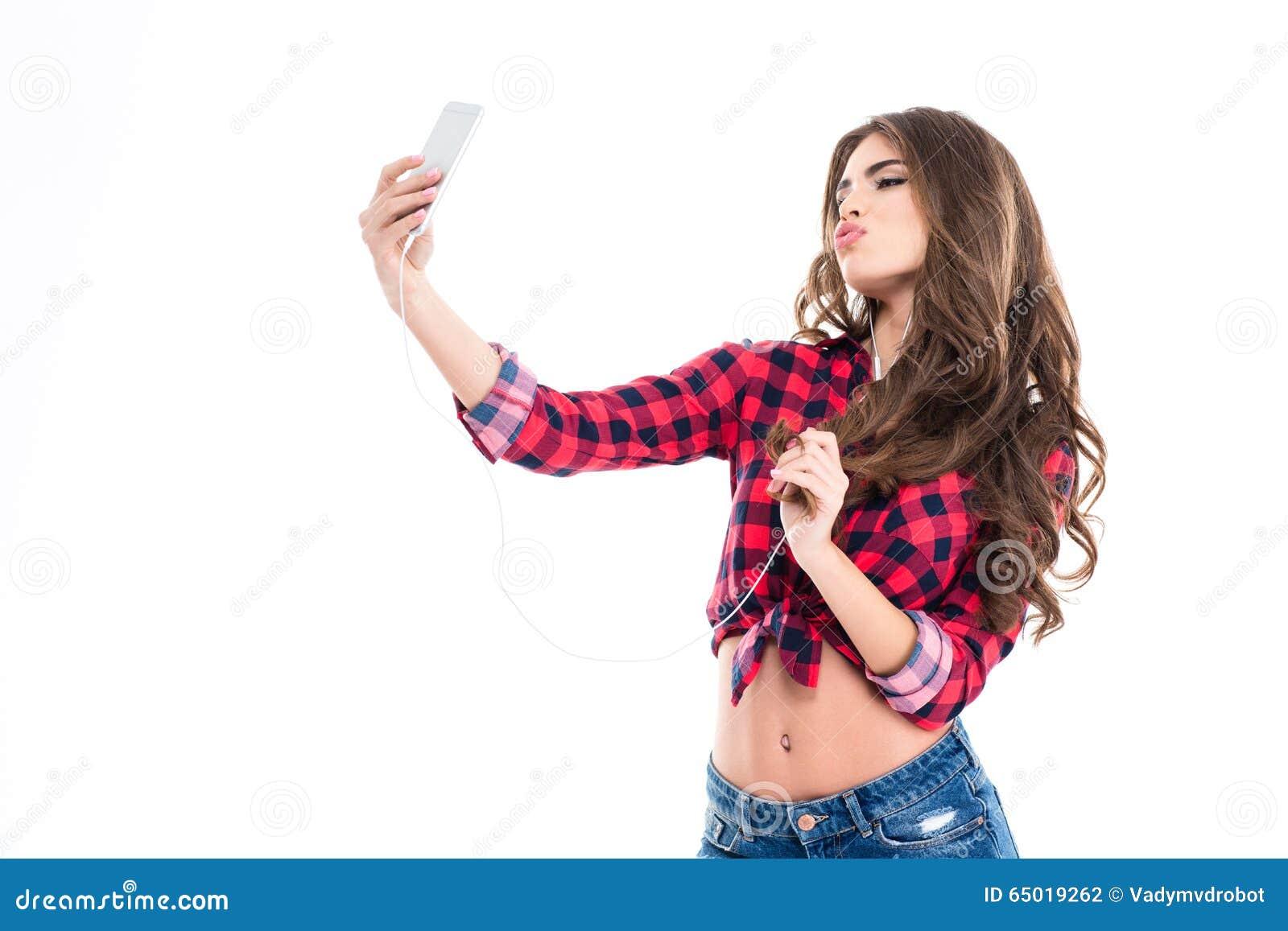 Mujer joven preciosa linda que hace que el pato hace frente y que toma el selfie