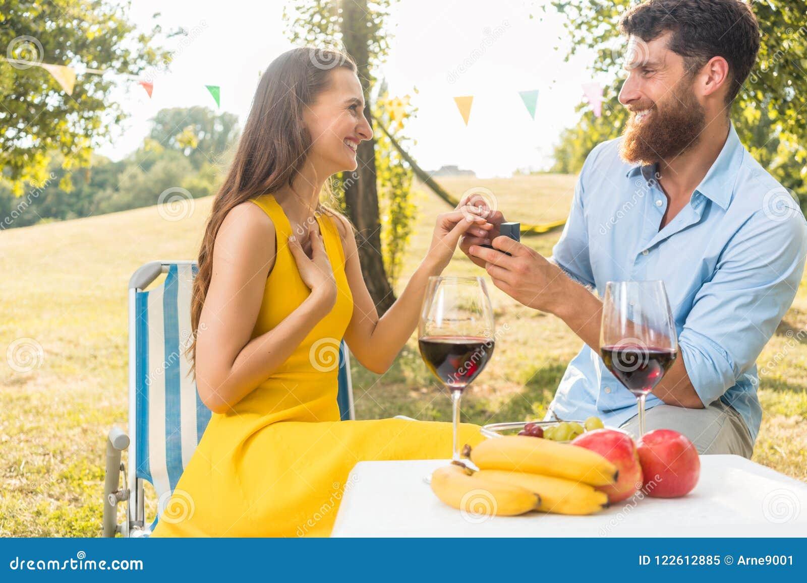 Mujer joven que acepta con alegría y la emoción la propuesta de matrimonio