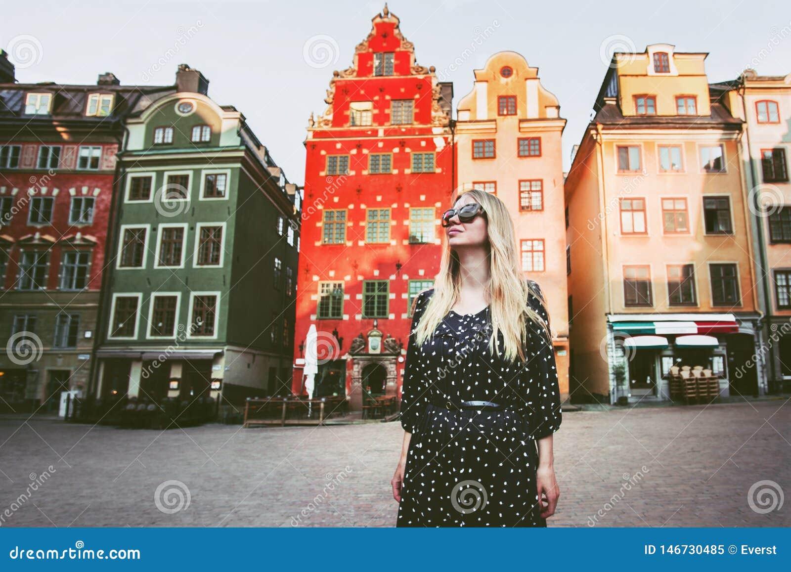 Mujer joven que camina en el viaje de Estocolmo que hace turismo