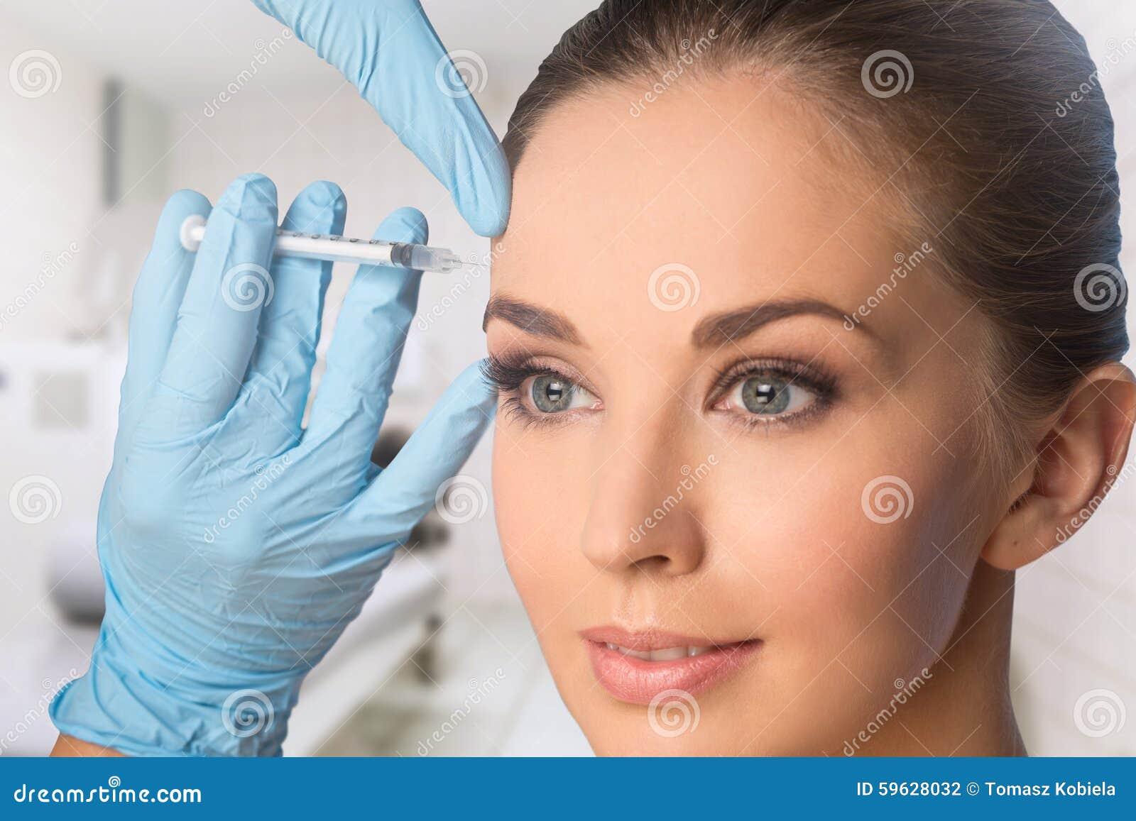 Mujer joven que consigue BOTOX® inyecciones