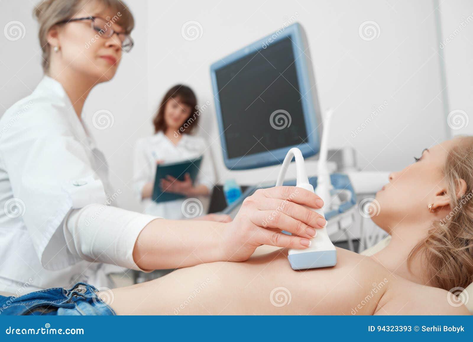 Mujer joven que consigue la exploración del ultrasonido del pecho