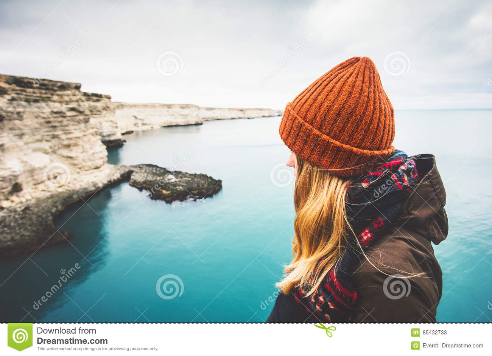 Mujer joven que disfruta de la opinión fría del mar solamente