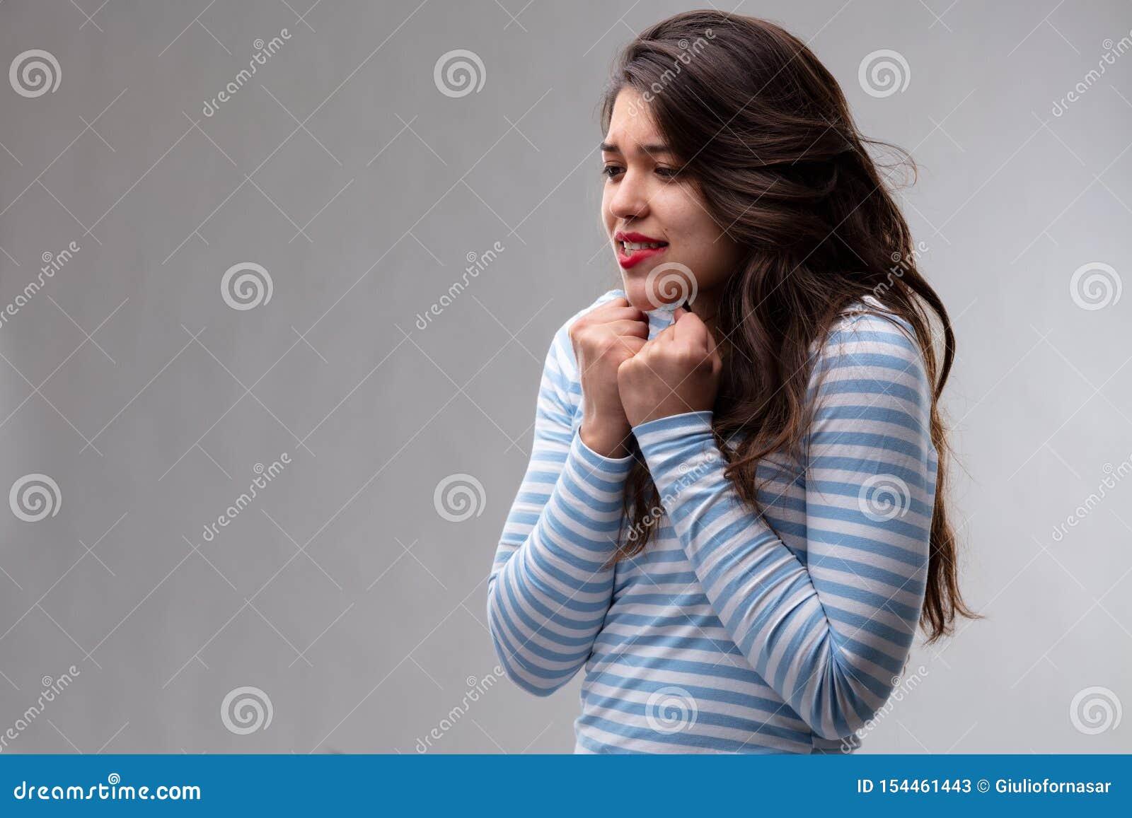 Mujer joven que expresa un deseo vivo profundo