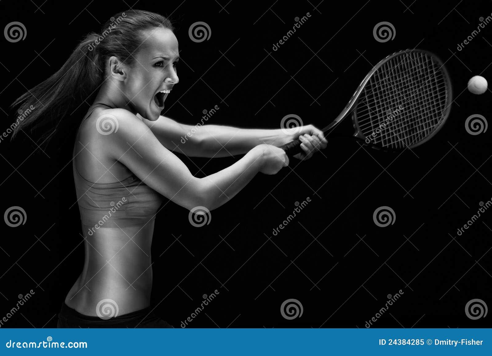 Mujer joven que juega a tenis
