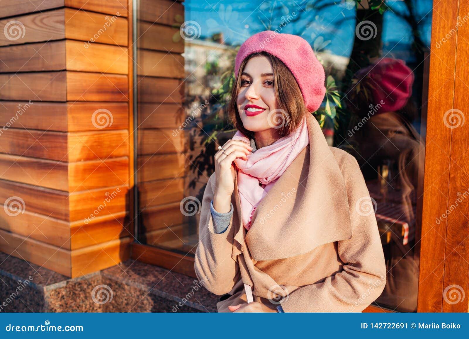 Mujer joven que lleva aire libre de moda de la capa y de la boina Ropa y accesorios femeninos de la primavera Moda