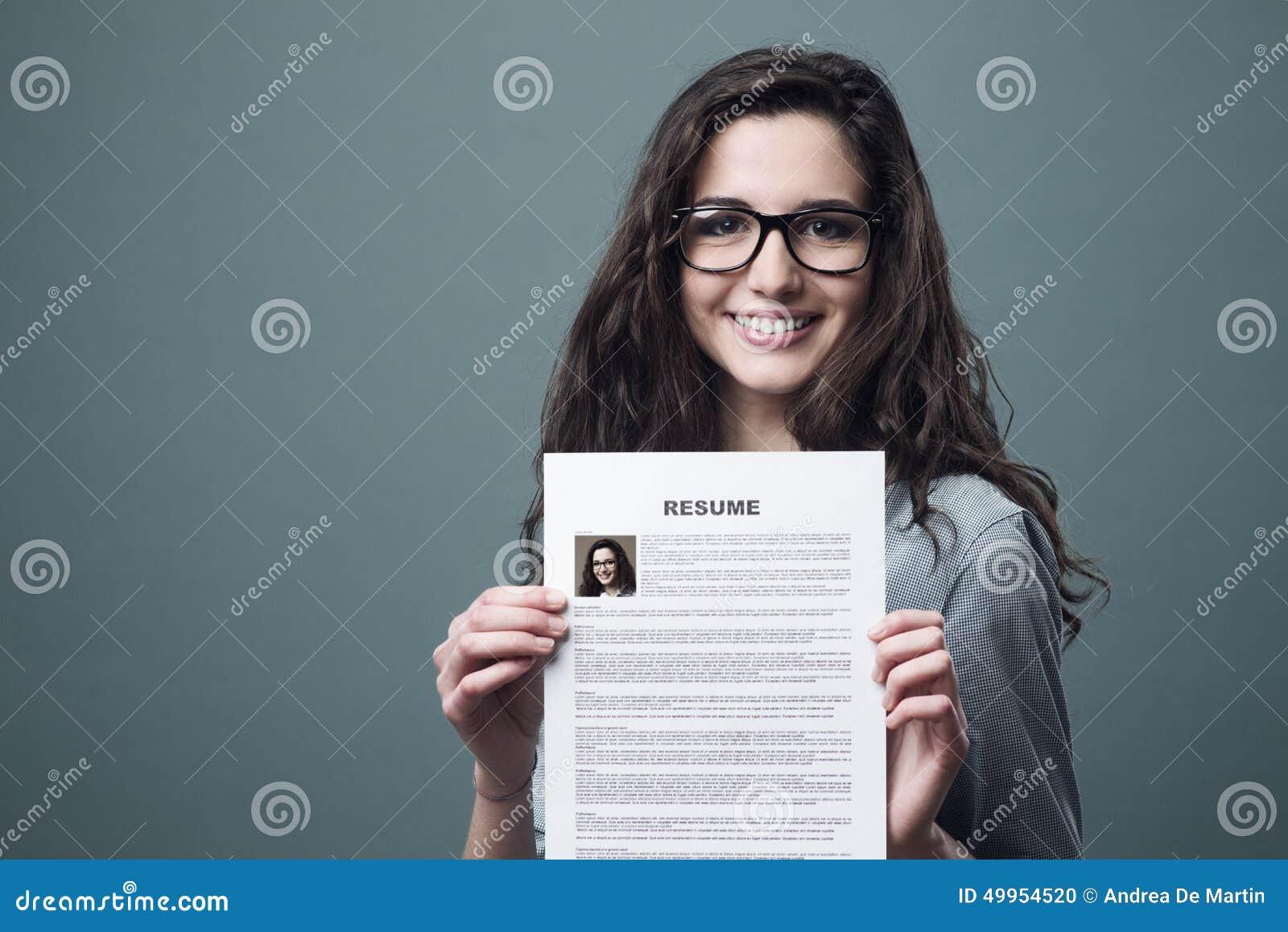 mujer joven que lleva a cabo su curriculum vitae