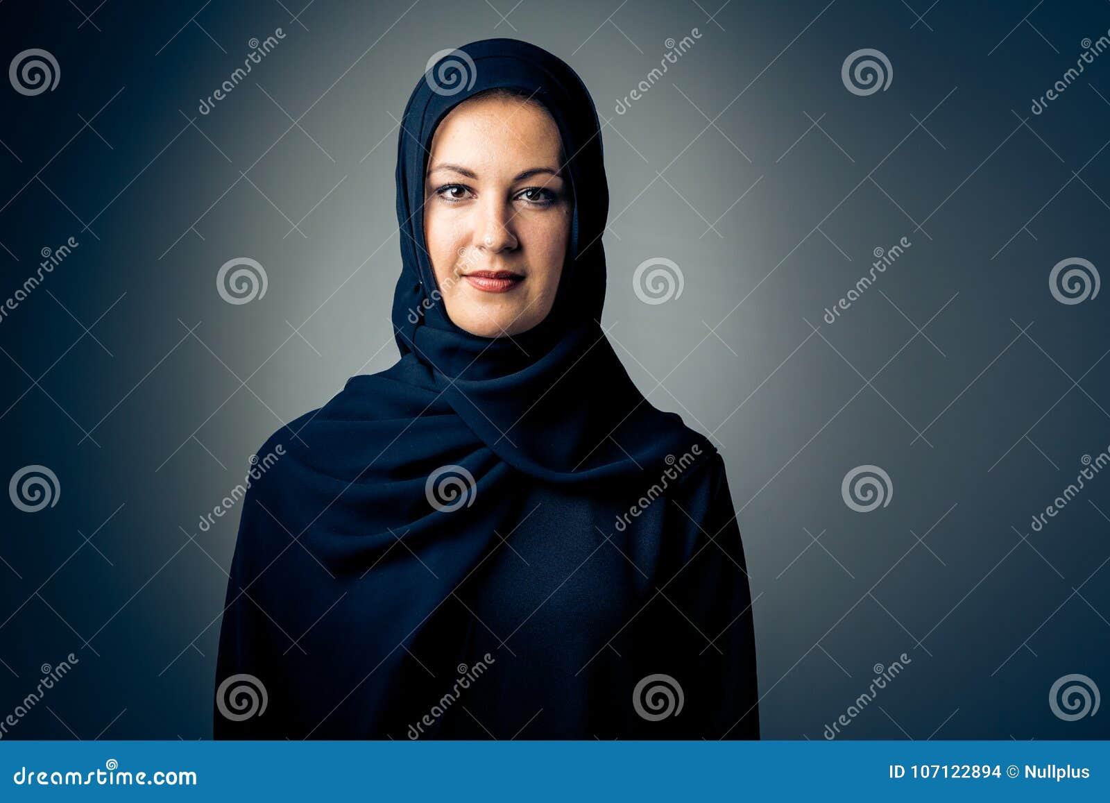 ed6156c22 Mujer Joven Que Lleva La Ropa árabe Tradicional Foto de archivo ...