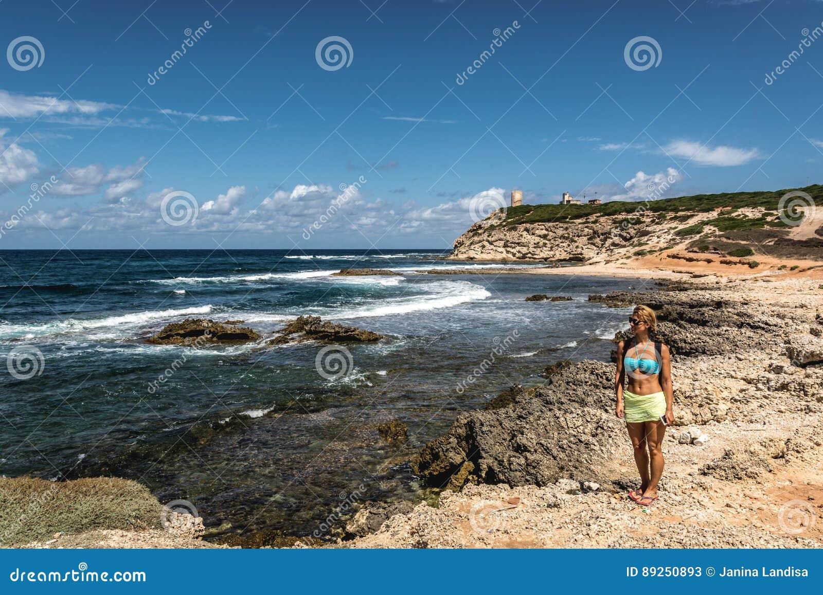 Mujer joven que mira el mar