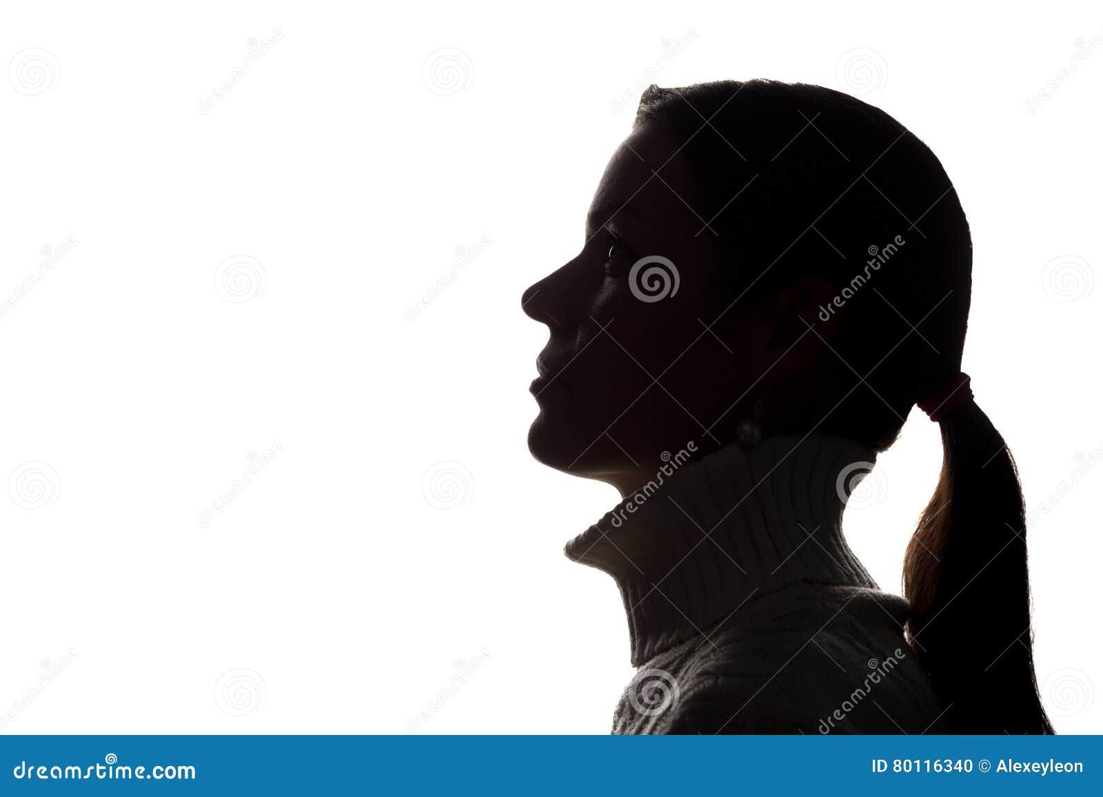Mujer joven que mira para arriba - la silueta horizontal