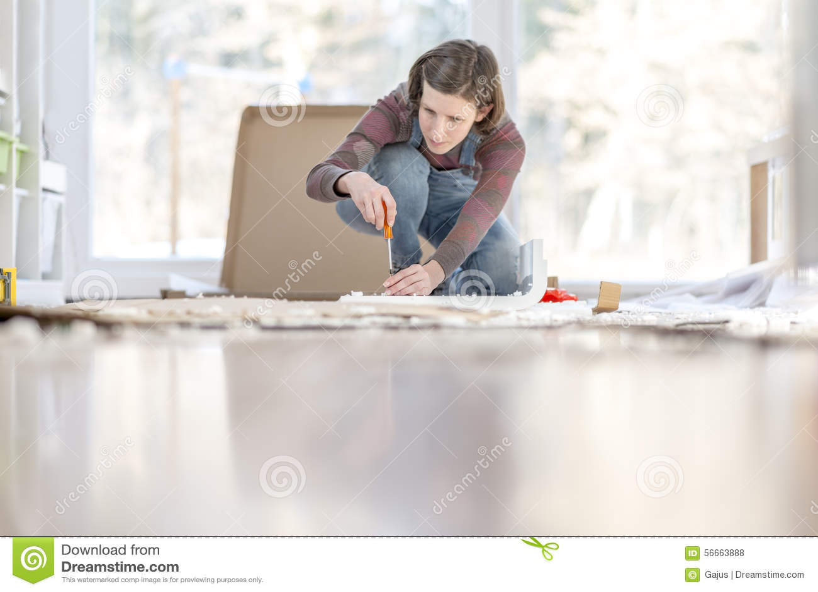 Mujer Joven Que Monta Muebles De Diy En Casa Que Se Arrodillan En  # Muebles Rodilla