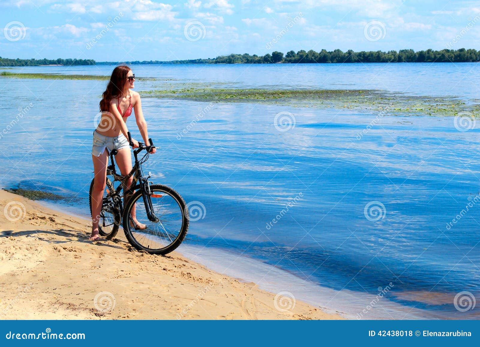 Mujer joven que monta una bicicleta
