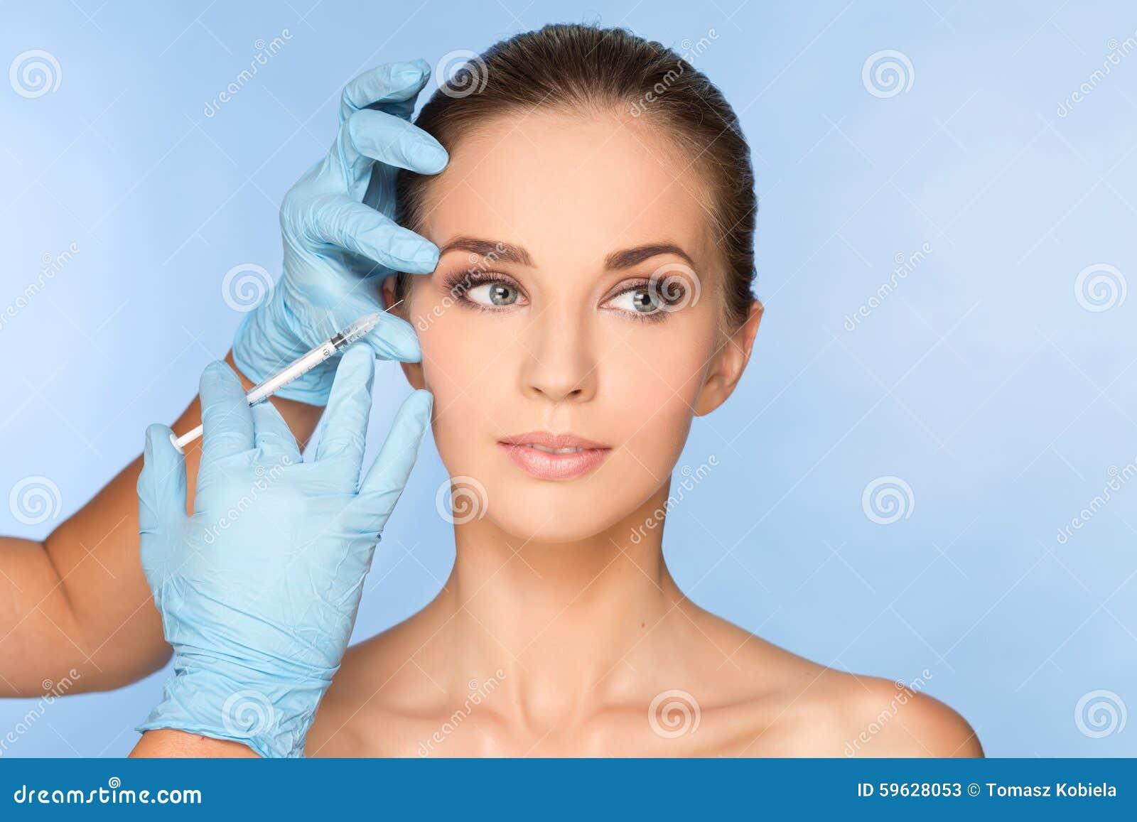 Mujer joven que recibe BOTOX® inyecciones