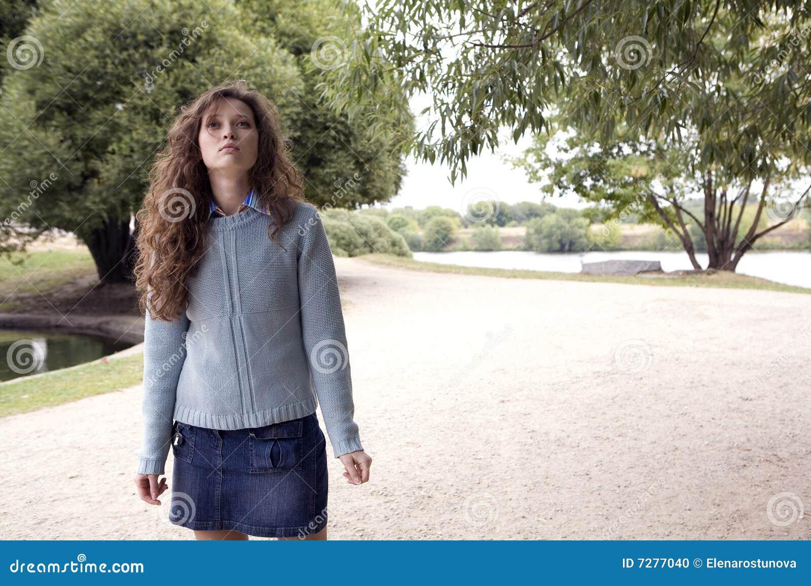 Mujer joven que recorre en un parque.
