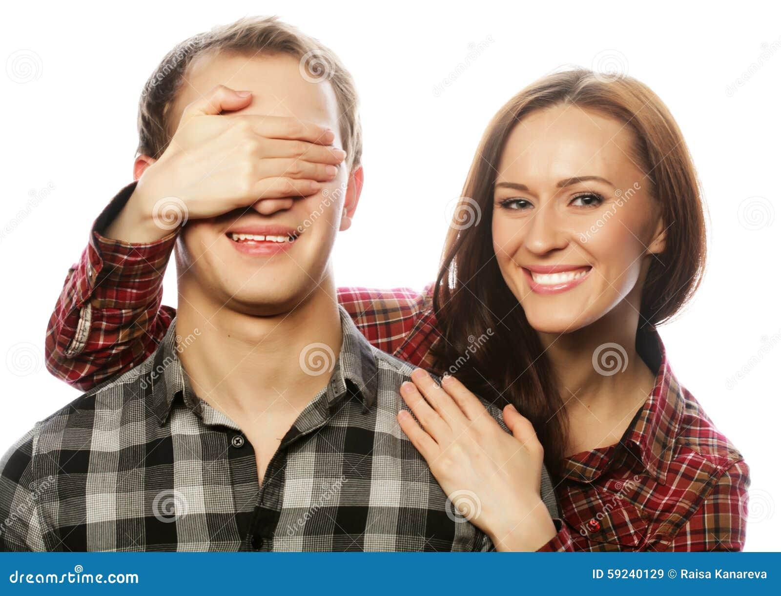 Mujer joven que se cierra los ojos del novio