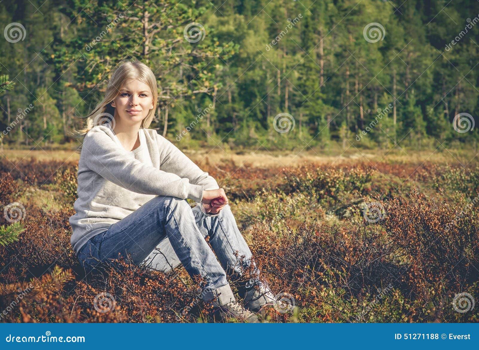 Mujer joven que sienta forma de vida al aire libre del viaje solamente que camina