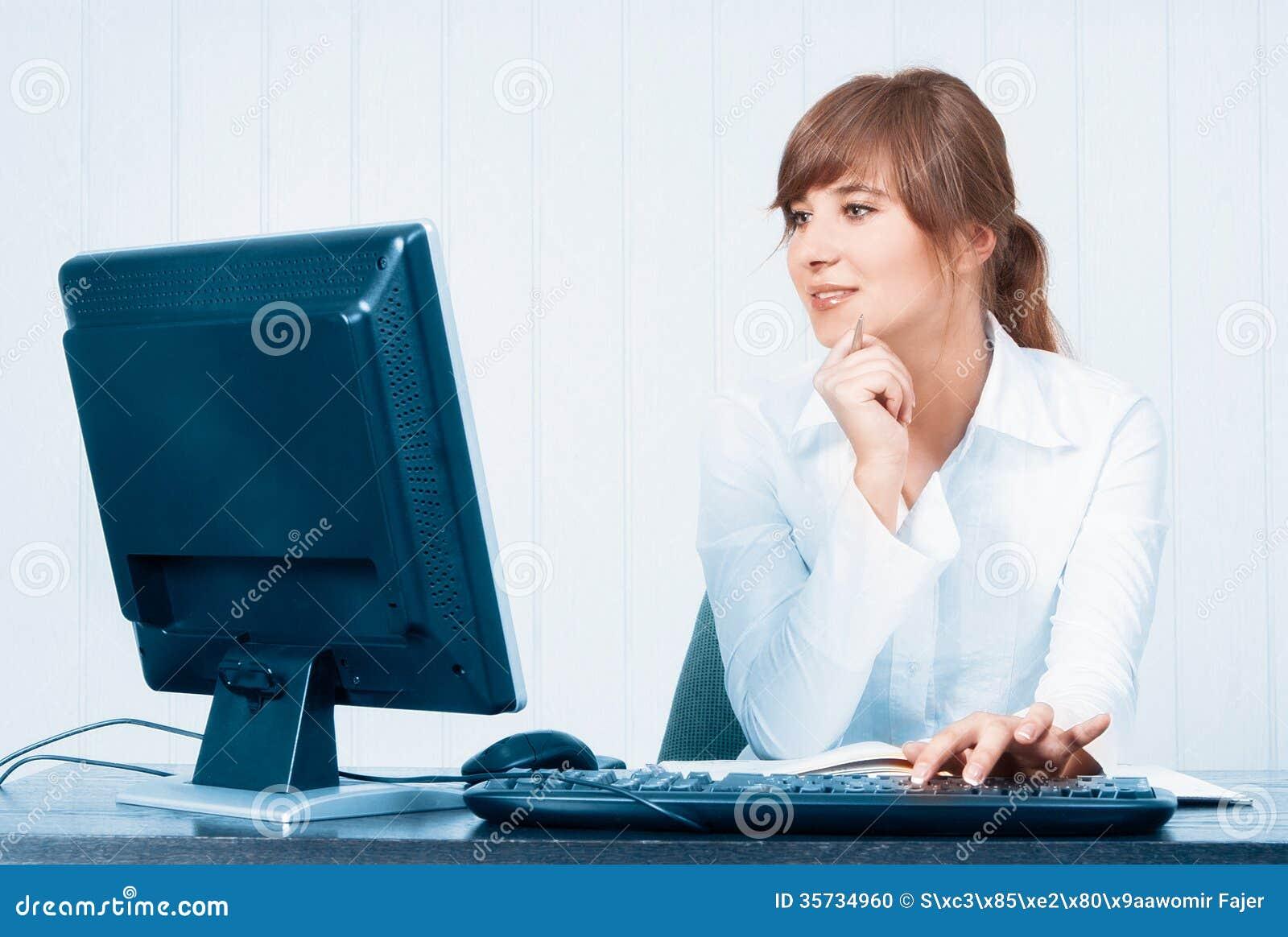 Mujer joven que trabaja con el ordenador