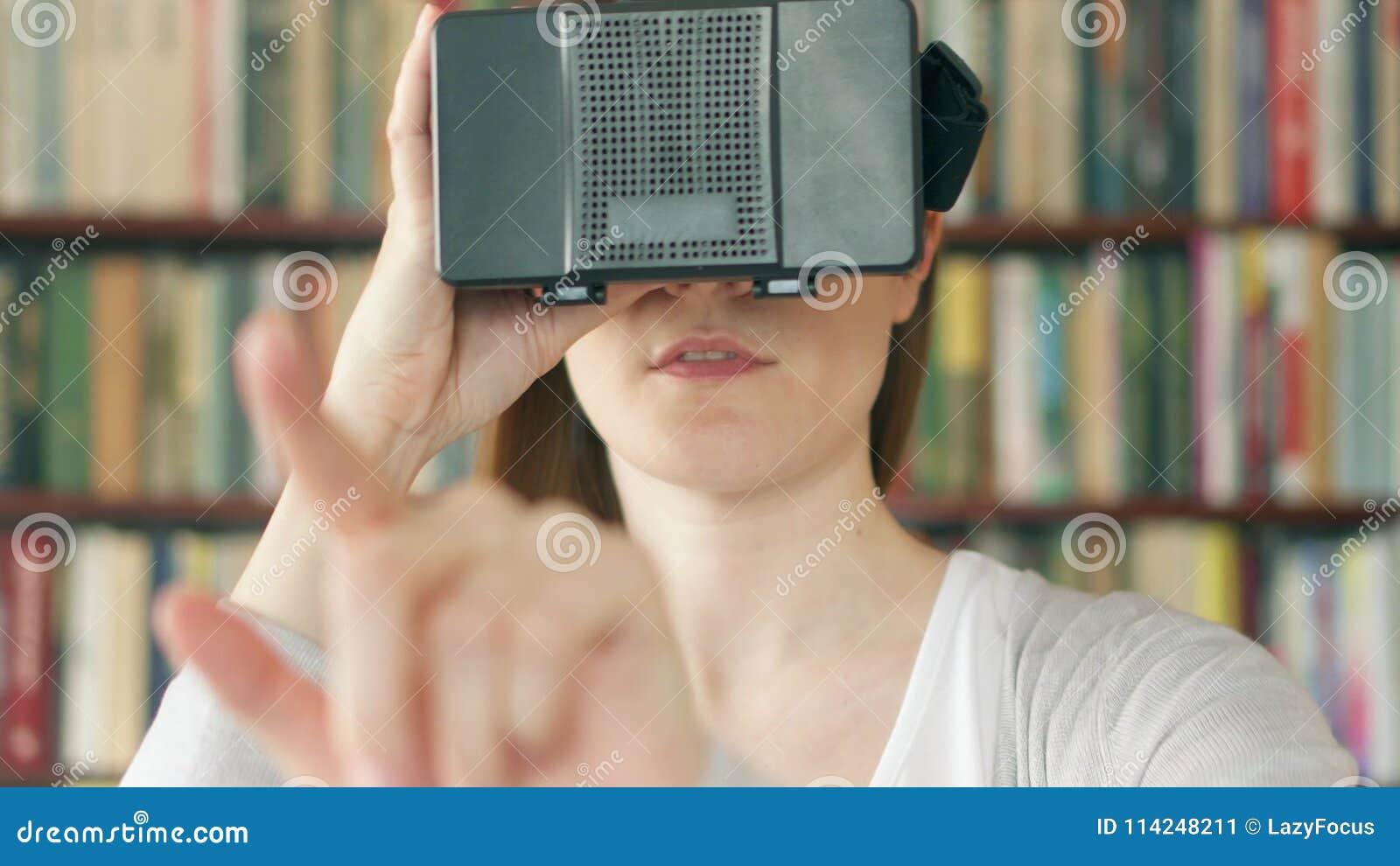 472f817d0576e Mujer Joven Que Usa VR 360 Vidrios En Casa Considerando Algo La Excitación