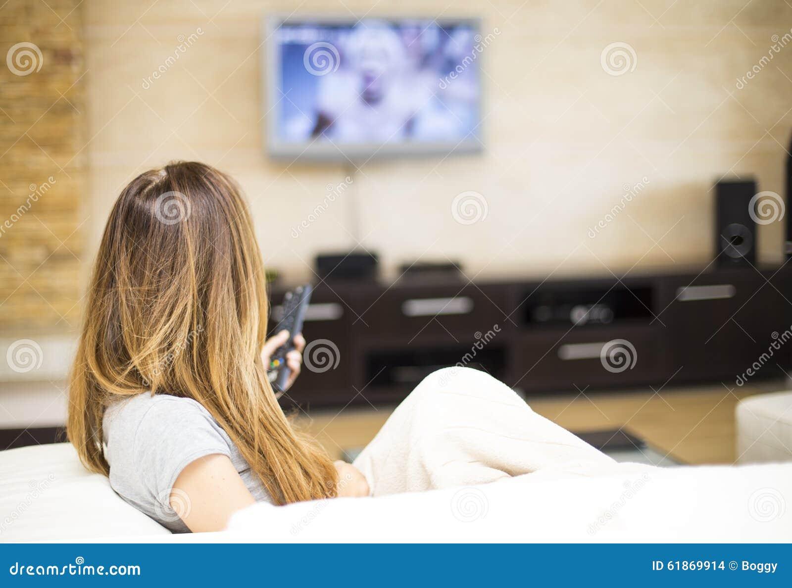 Mujer Joven Que Ve La TV En El Cuarto Foto de archivo ...