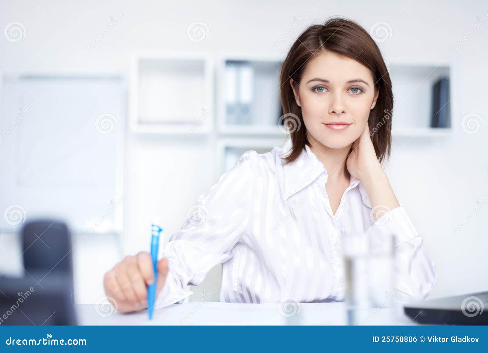 Mujer joven Relaxed de la mujer de negocios en oficina