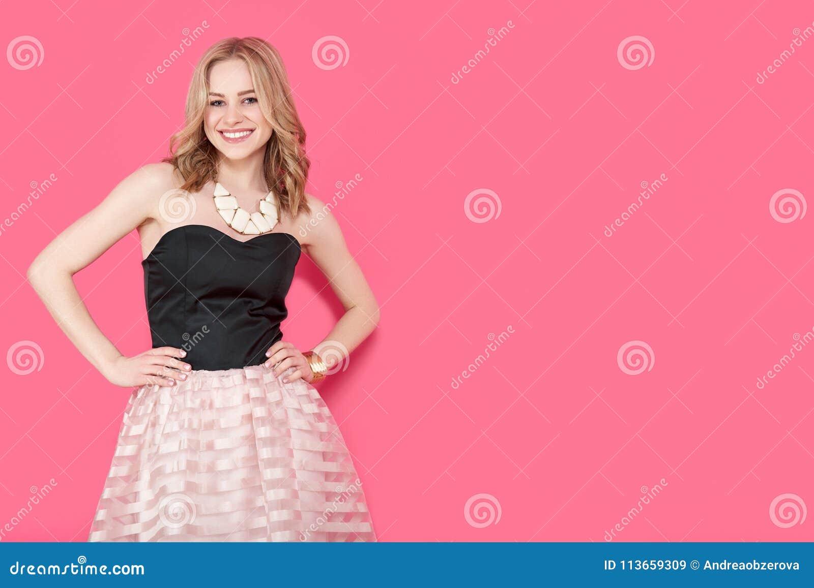 Mujer Joven Rubia Atractiva En Vestido De Fiesta Elegante Y Joyería ...