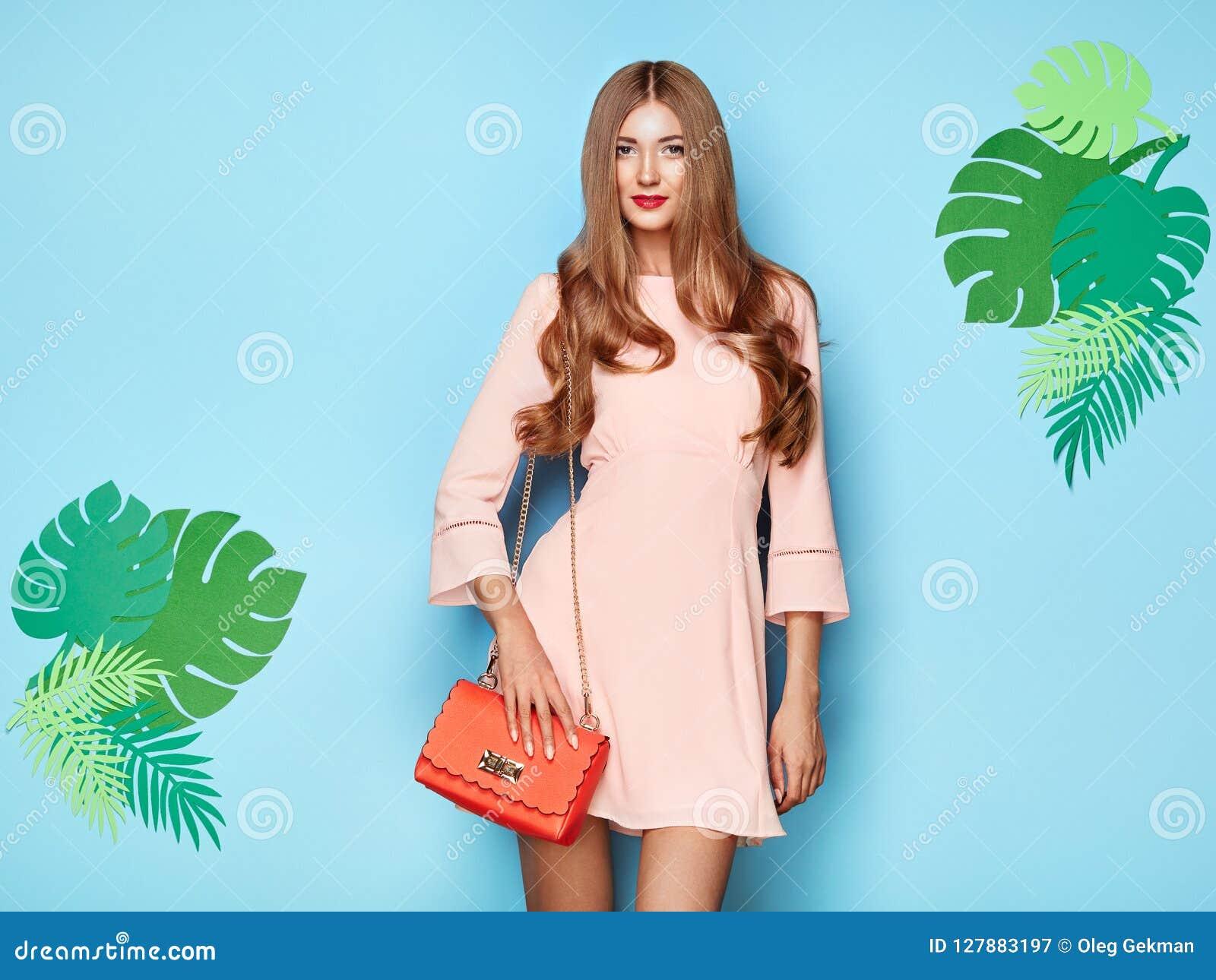 f99a702084 Mujer Joven Rubia En Vestido Floral Del Verano De La Primavera ...