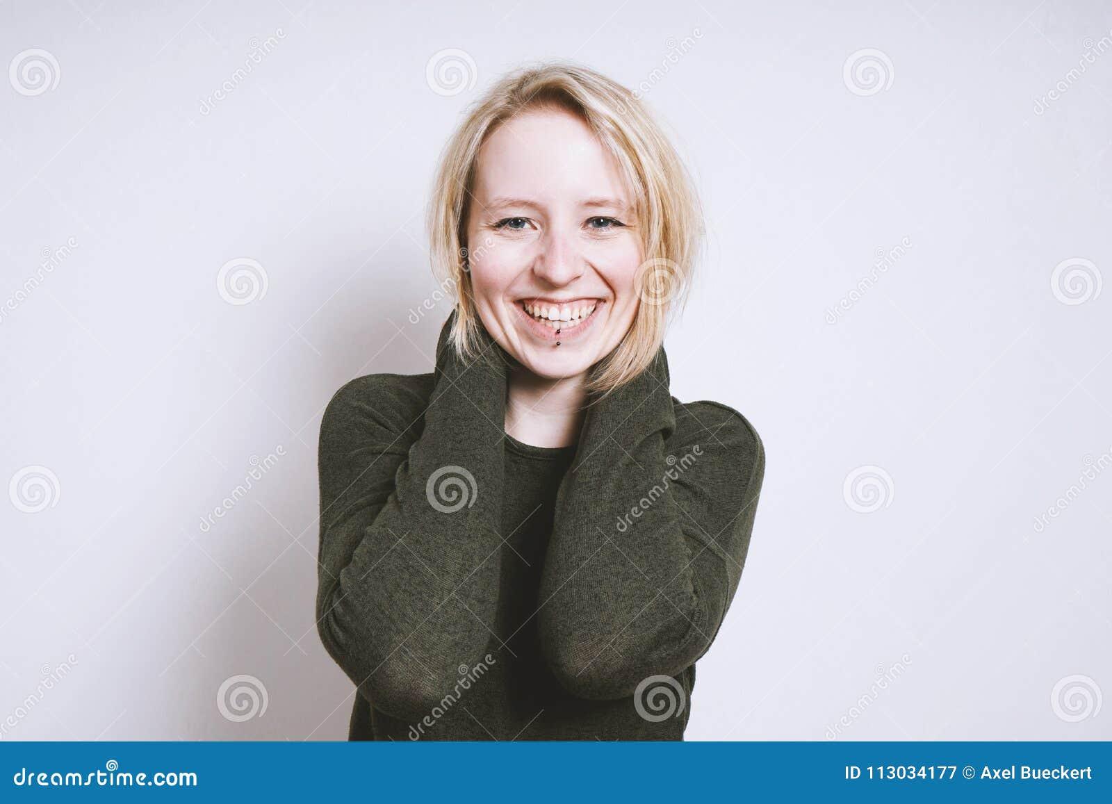 Mujer joven rubia feliz con sonrisa dentuda
