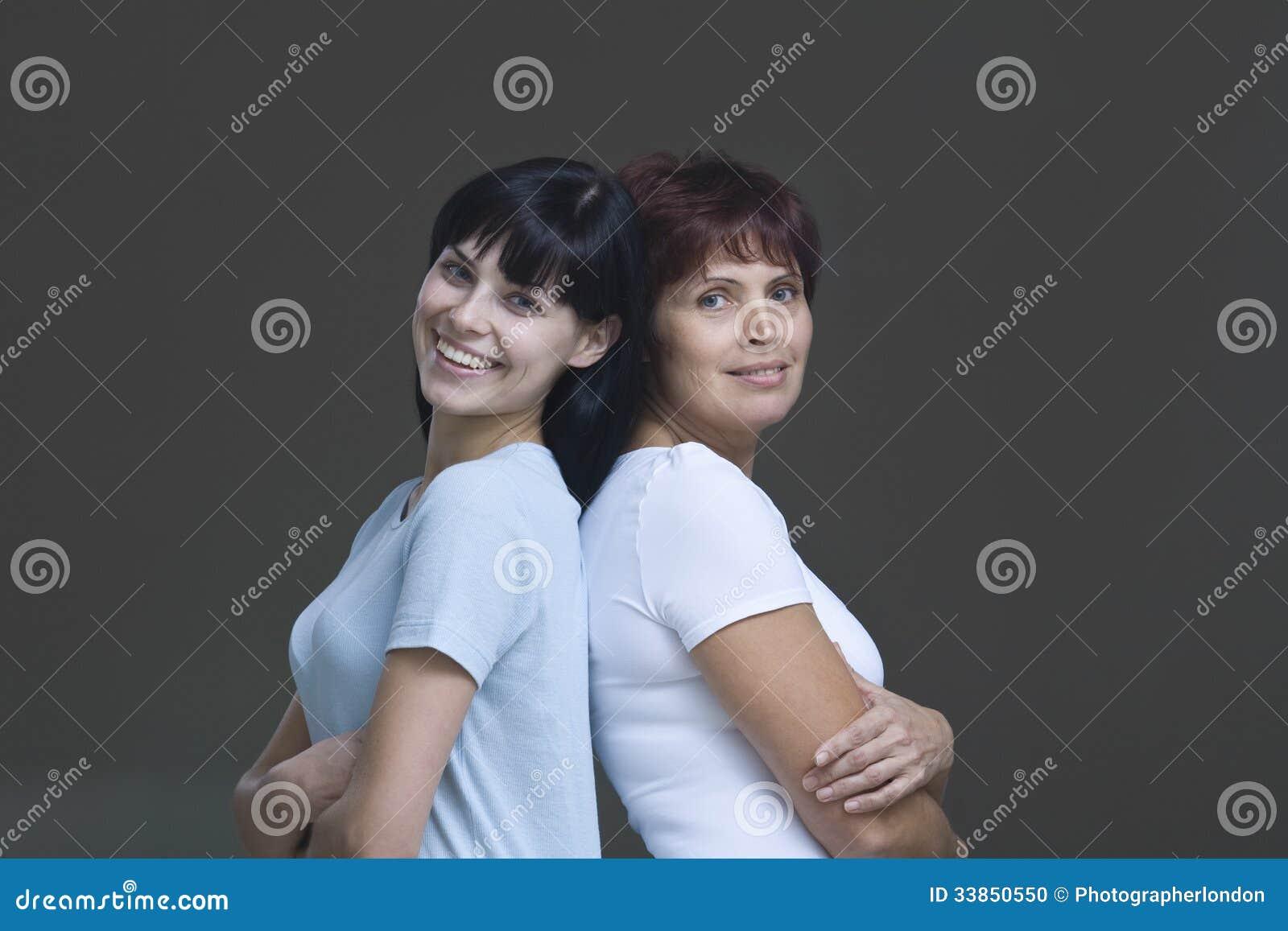 Mujer joven sonriente con su madre