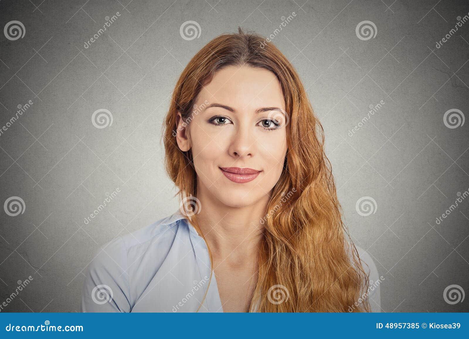 Mujer joven sonriente feliz