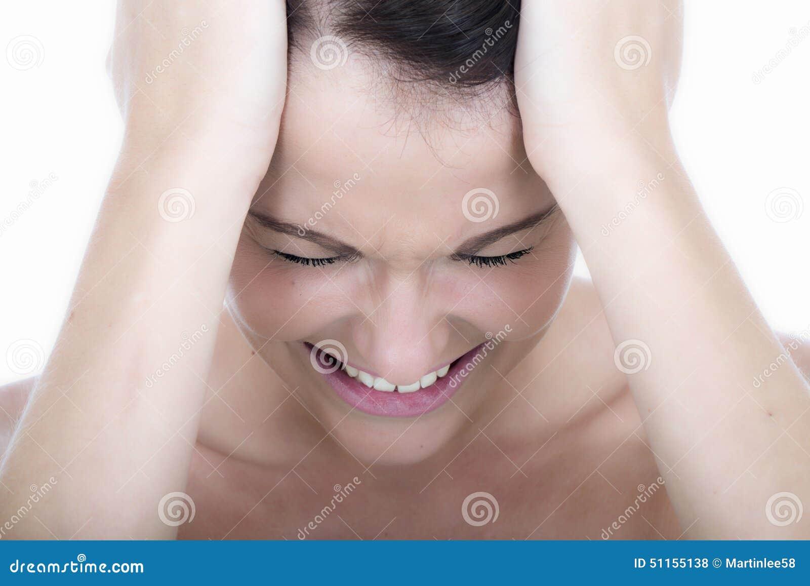 Mujer joven subrayada con jaqueca del dolor de cabeza