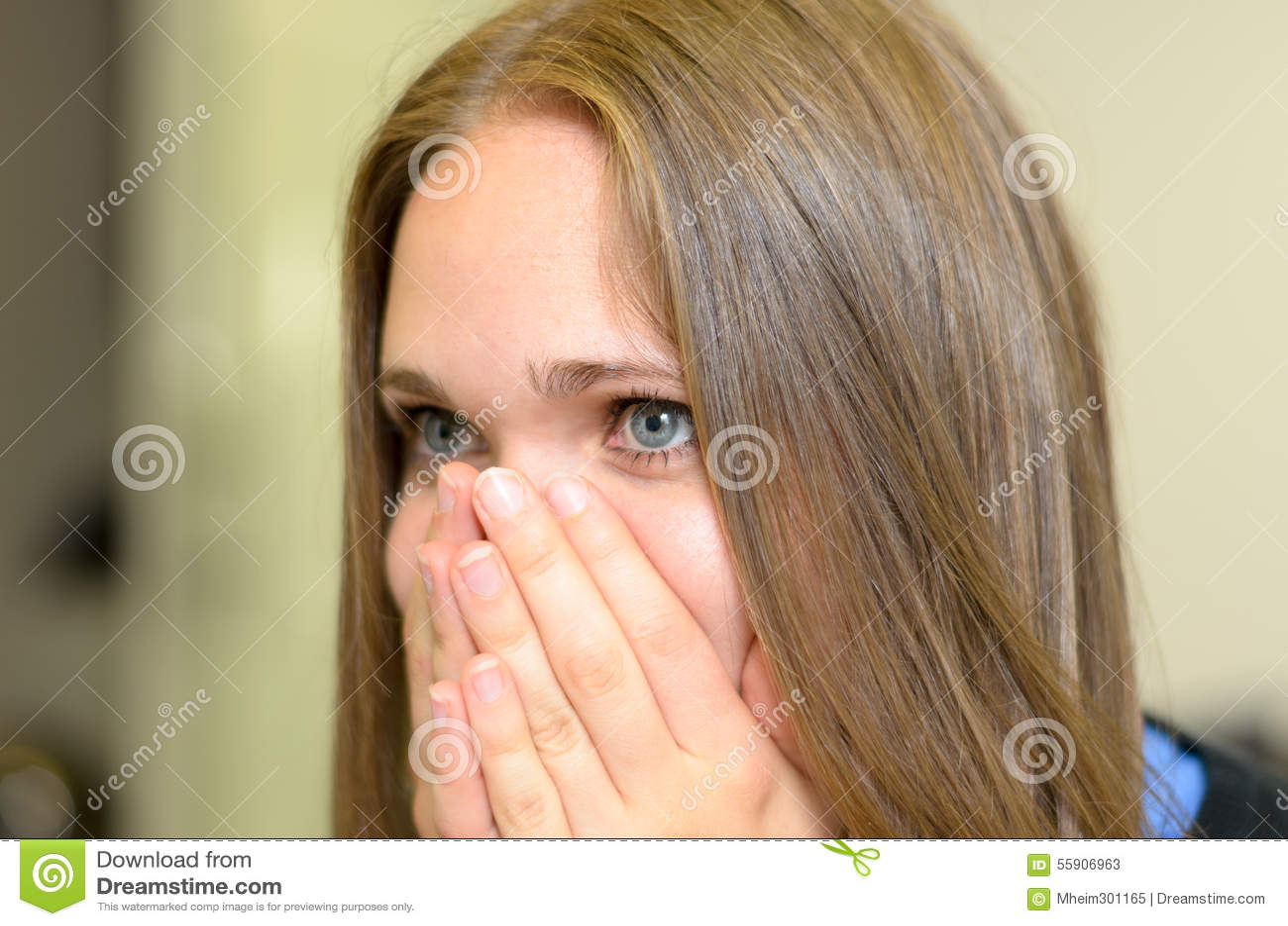 Mujer joven superada con emociones
