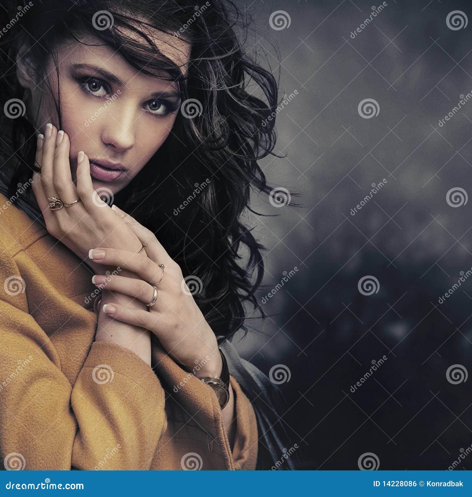 Mujer joven tranquila