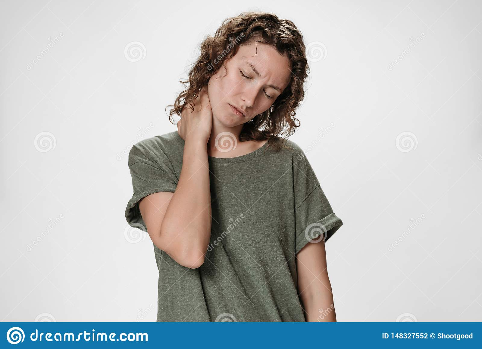 Mujer joven trastornada cansada del caucasion que sufre de cuello tieso de masaje cansado del da?o