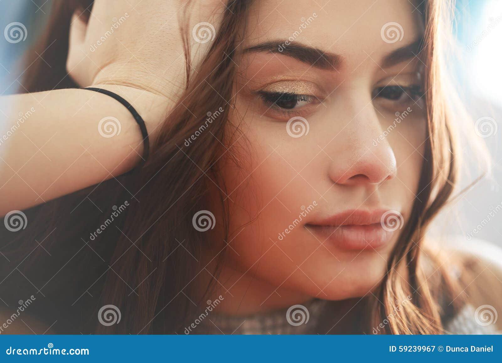 Download Mujer Joven Triste Y Pensativa Pensativa Imagen de archivo - Imagen de trastorno, problema: 59239967
