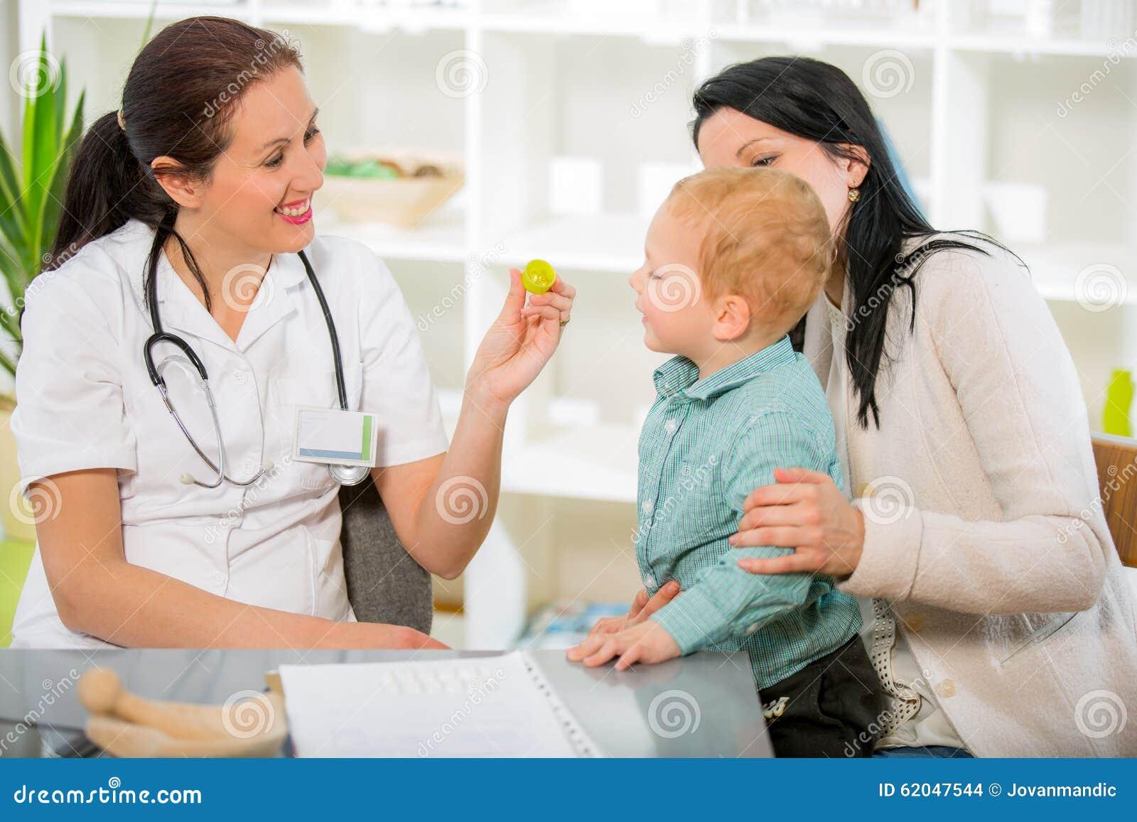 Mujer joven y su niño en los homeópatas del doctor
