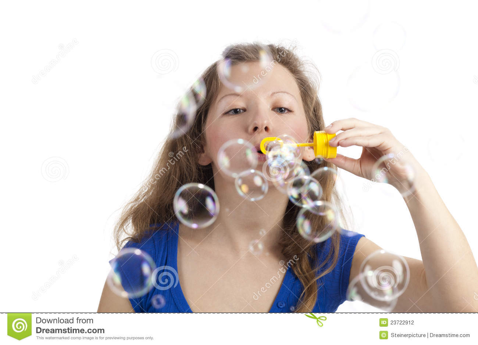 Mujer juguetona con las burbujas