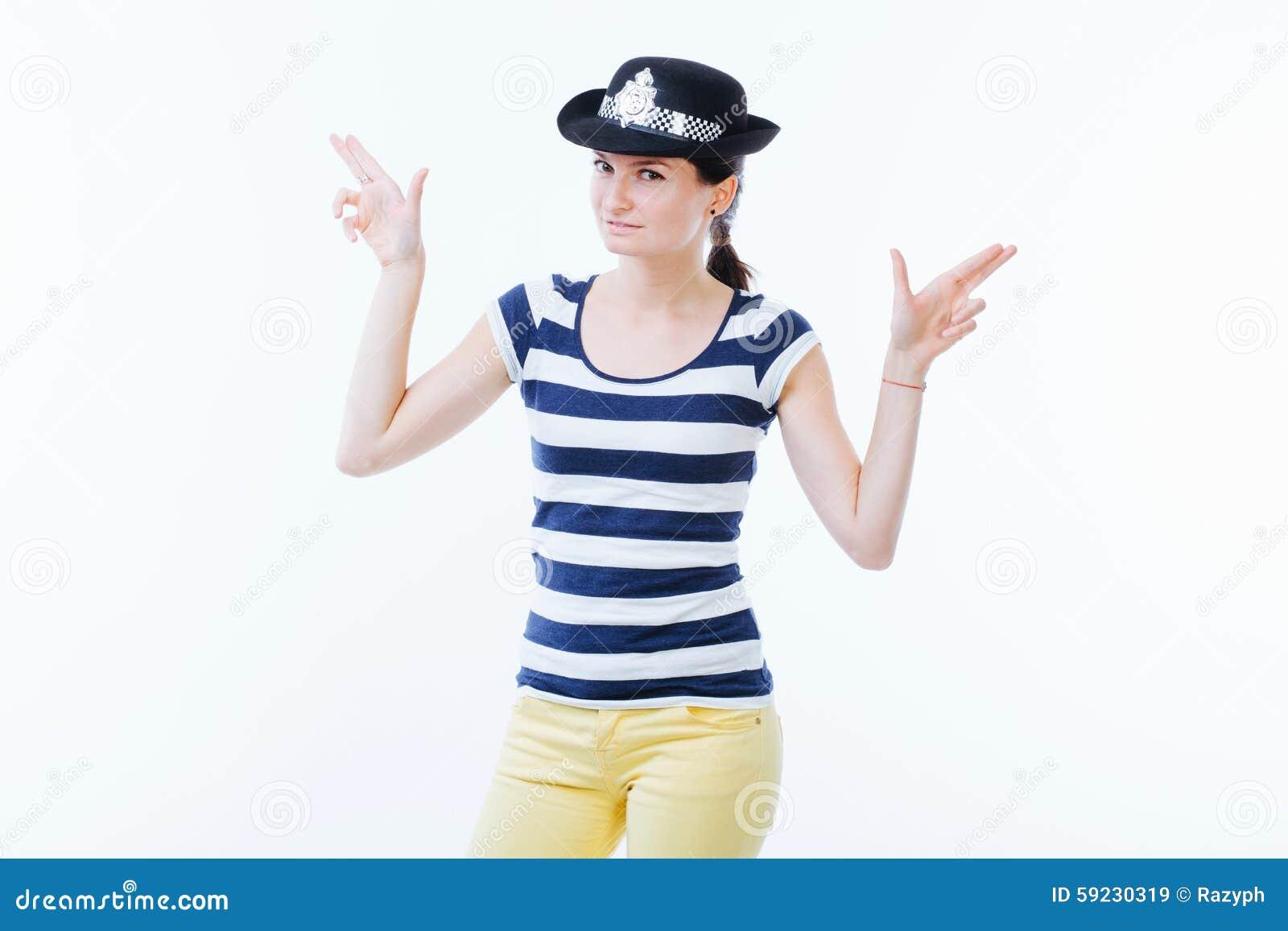 Mujer juguetona que lleva a cabo las manos como armas