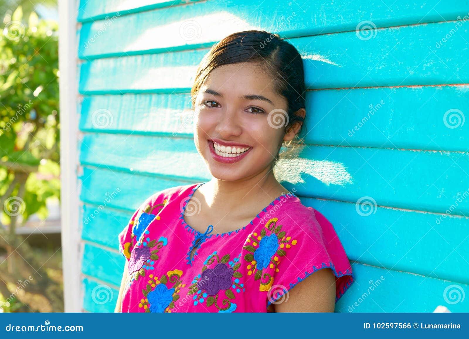 Mujer latina mexicana con el vestido maya