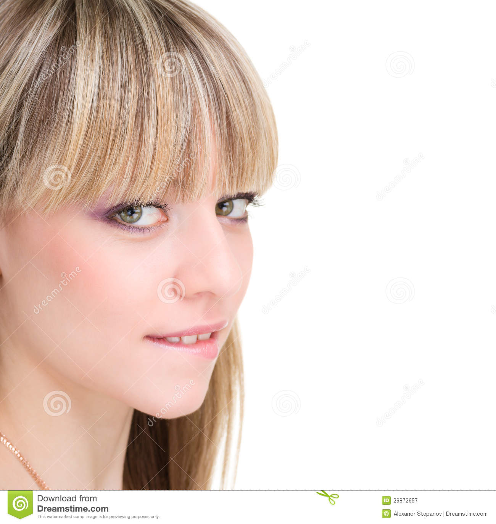 Mujer que muerde su labio en el fondo blanco