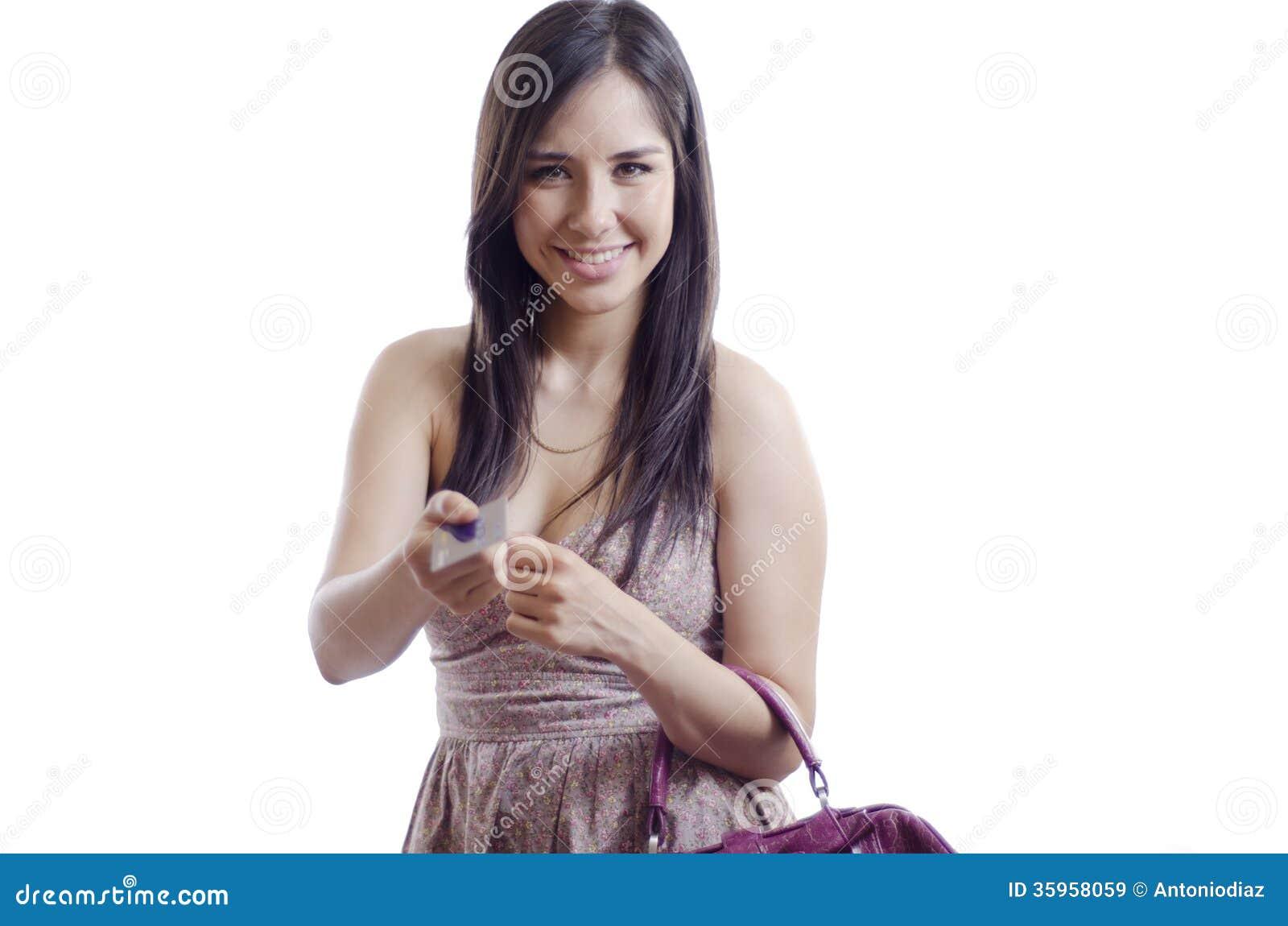 Mujer linda que paga con la tarjeta de crédito