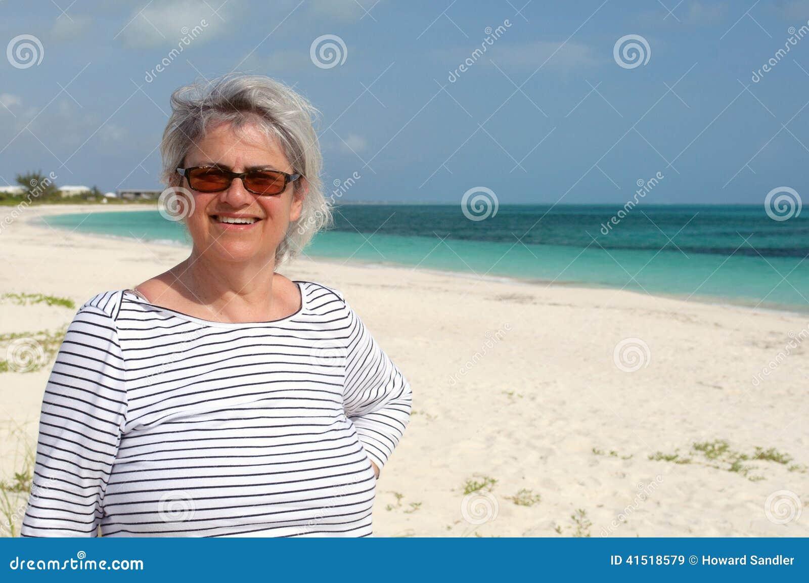 Mujer madura en la playa, turcos y caicos