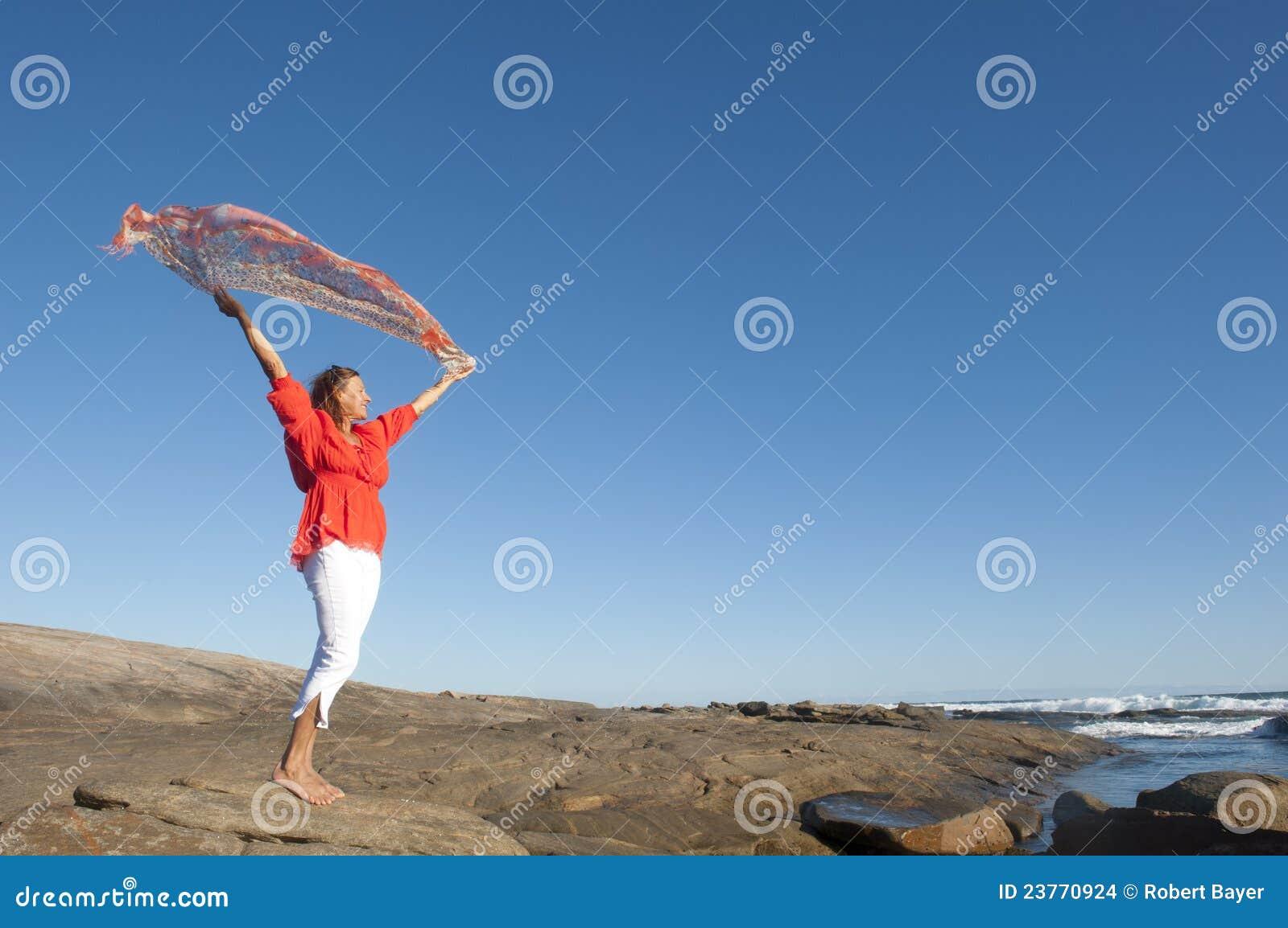Mujer madura feliz en el mar