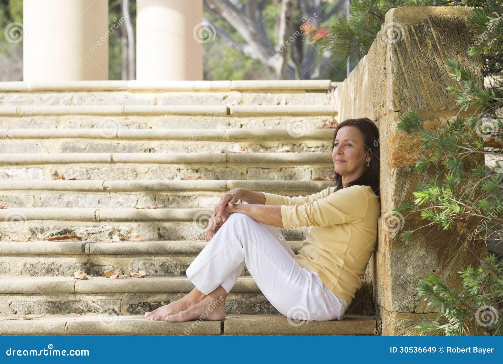 Mujer madura feliz relajada al aire libre
