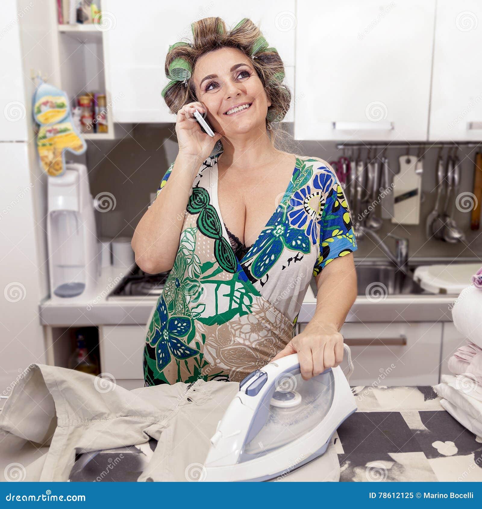 Mujer madura hermosa con los bigud es que plancha la ropa for Maduras en la cocina