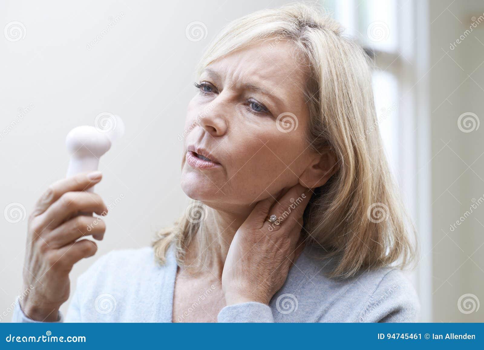 Mujer madura que experimenta rubor caliente de la menopausia