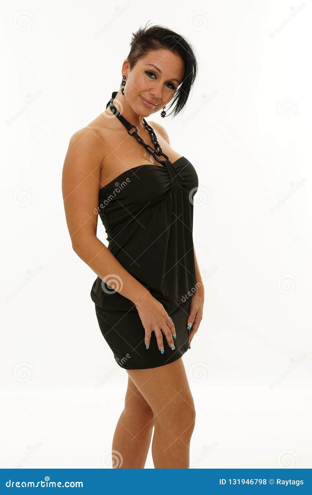Mujer Madura Que Presenta Con Un Vestido Negro Foto De