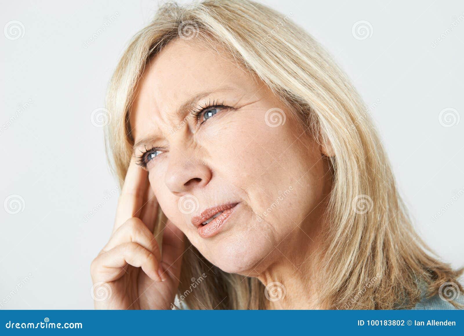 Mujer madura que sufre de pérdida de memoria