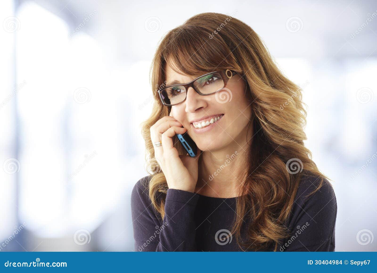 Mujer madura que habla en el teléfono